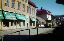 Vy från Papyrus port mot byggnader vid Kvarnbygatan i Mölnda