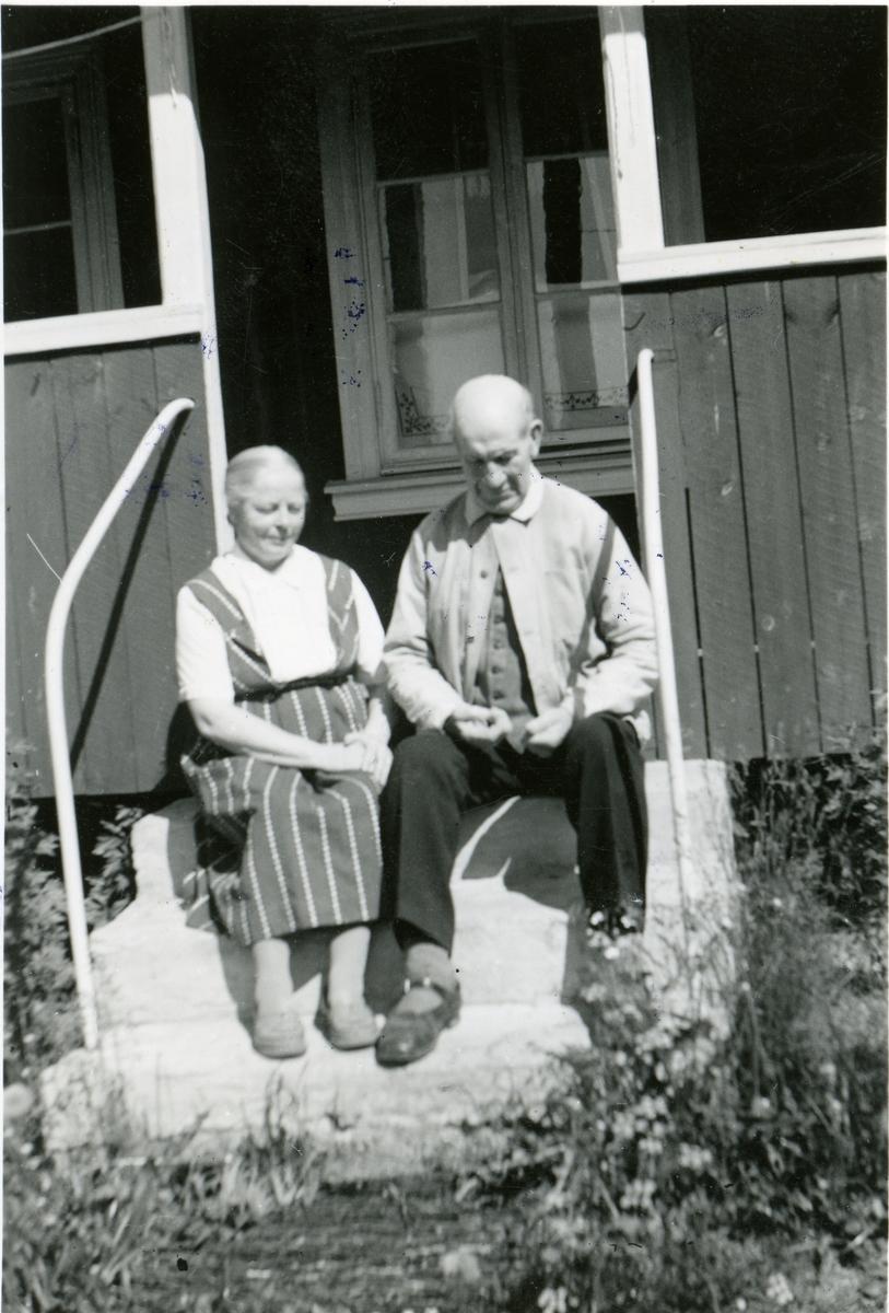 Gunnar og Tonetta Kjensrud avfotografert ute på trappa.