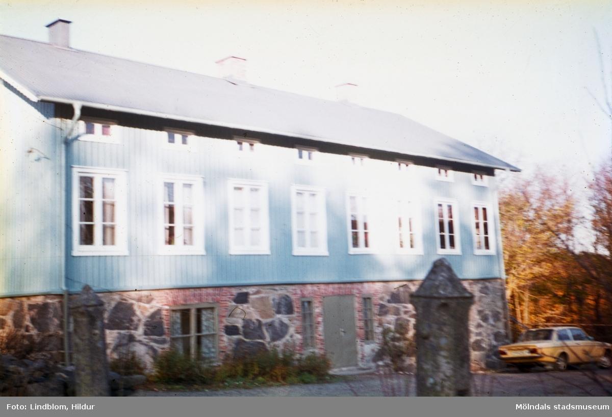 Solbacken, skogsvaktarebostad tillhörande Gunnebo slott. Mölndal, 1960-1970-tal.  För mer information om bilden se under tilläggsinformation.