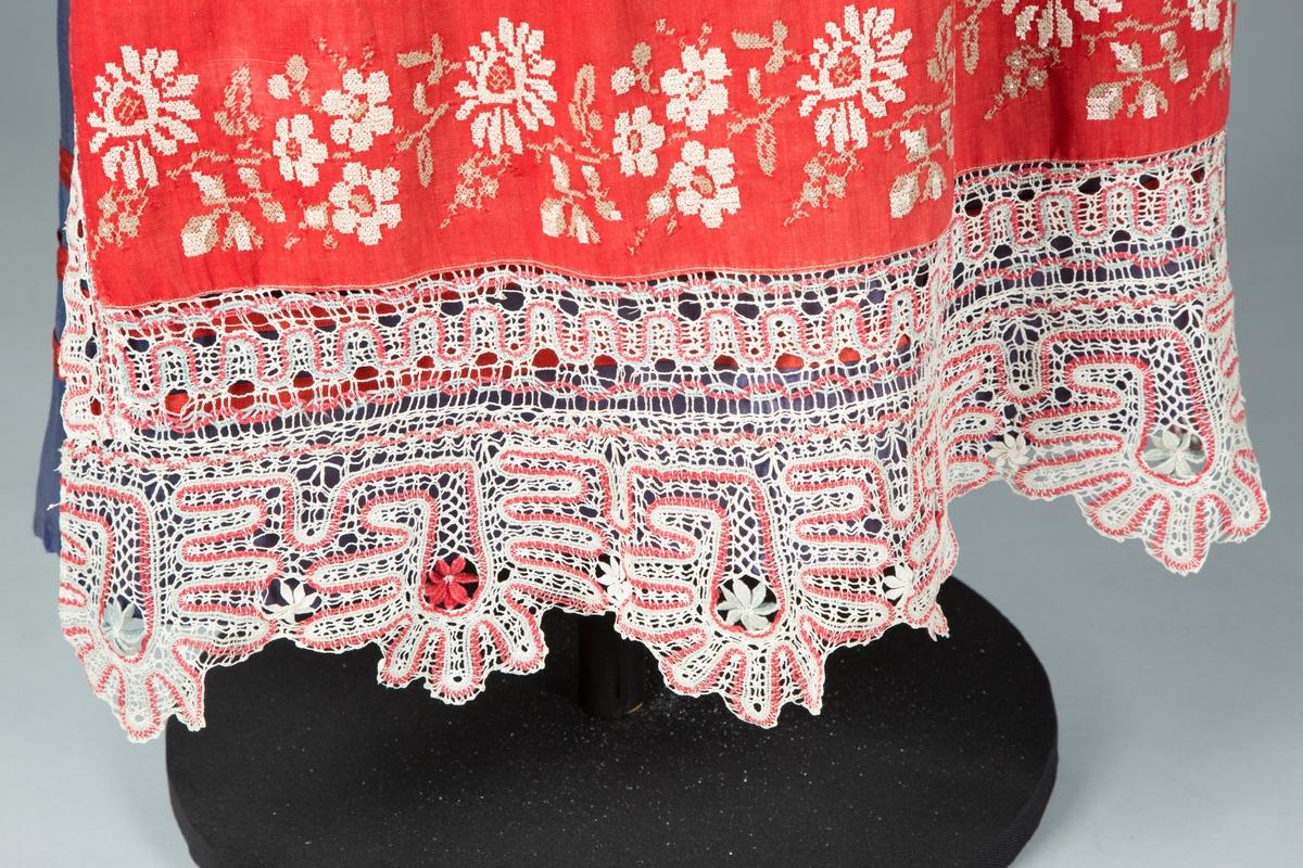 Russisk festdrakt på utstillingsdukke. Bestående av forkle, skjørt og bluse.