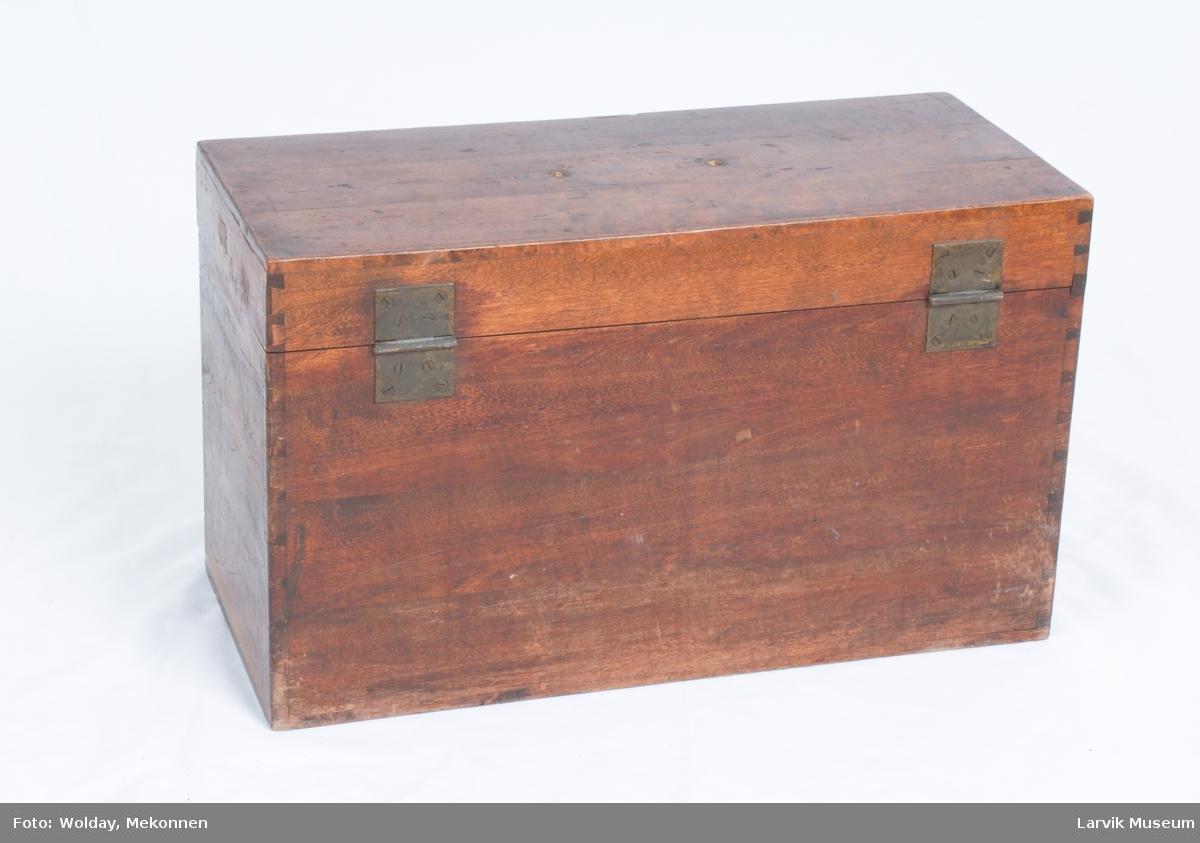 Teknikk: treplanker pusset og lakkert(beiset). plankene festet sammen i hjørnene med lim og innfelt i hverandre på en spesiell måte. Form: sidene i esken består av en planke hver. lokket