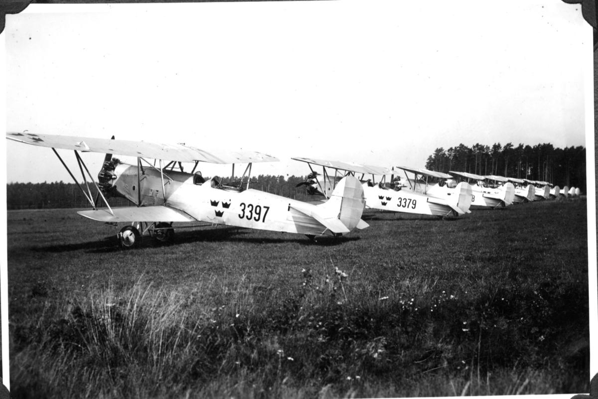 Flygplan, uppställda på marken (Jagare). Karlsborg.