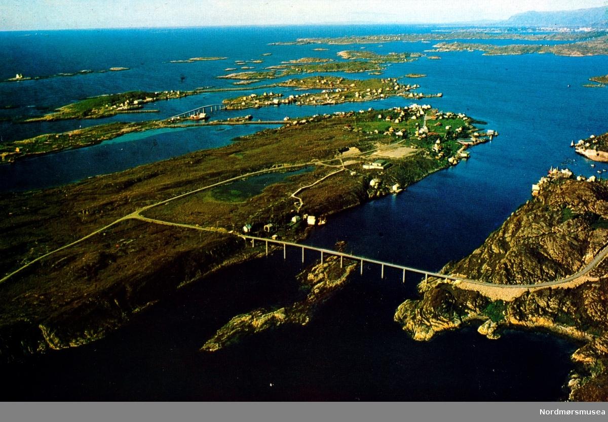 """Postkort """";6500/1""""; med motiv fra Averøy kommune, trolig fra Langøya. Fotograf og utgiver er Mørefly ved R.E, Visnes - A. Husmo."""