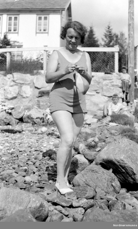 Portrett av en kvinne ute en sommerdag. Det er usikkert hvem vi ser på bildet, samt når og hvor bildet er tatt. Fra Nordmøre Museums fotosamlinger.