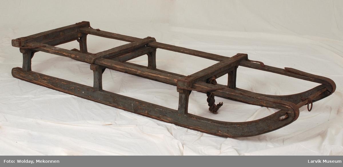 Teknikk: høvlede planker malt i blått, to meier med forsterkning i jern langs hele meilengden, jernring i tverrplanken foran, hamptau Form: lav, bred