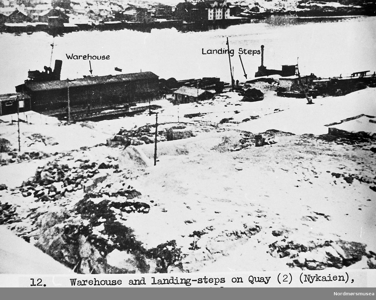 2. verdenskrig. serie. Havneskur (lager) på Storkaia, fløttmannstrapp ved minebøssa på Lyhsallmenningen. Snø 1941? XU etterretning for britisk bruk. Anbefalt landgangsplass. Fra Nordmøre Museum sin fotosamling