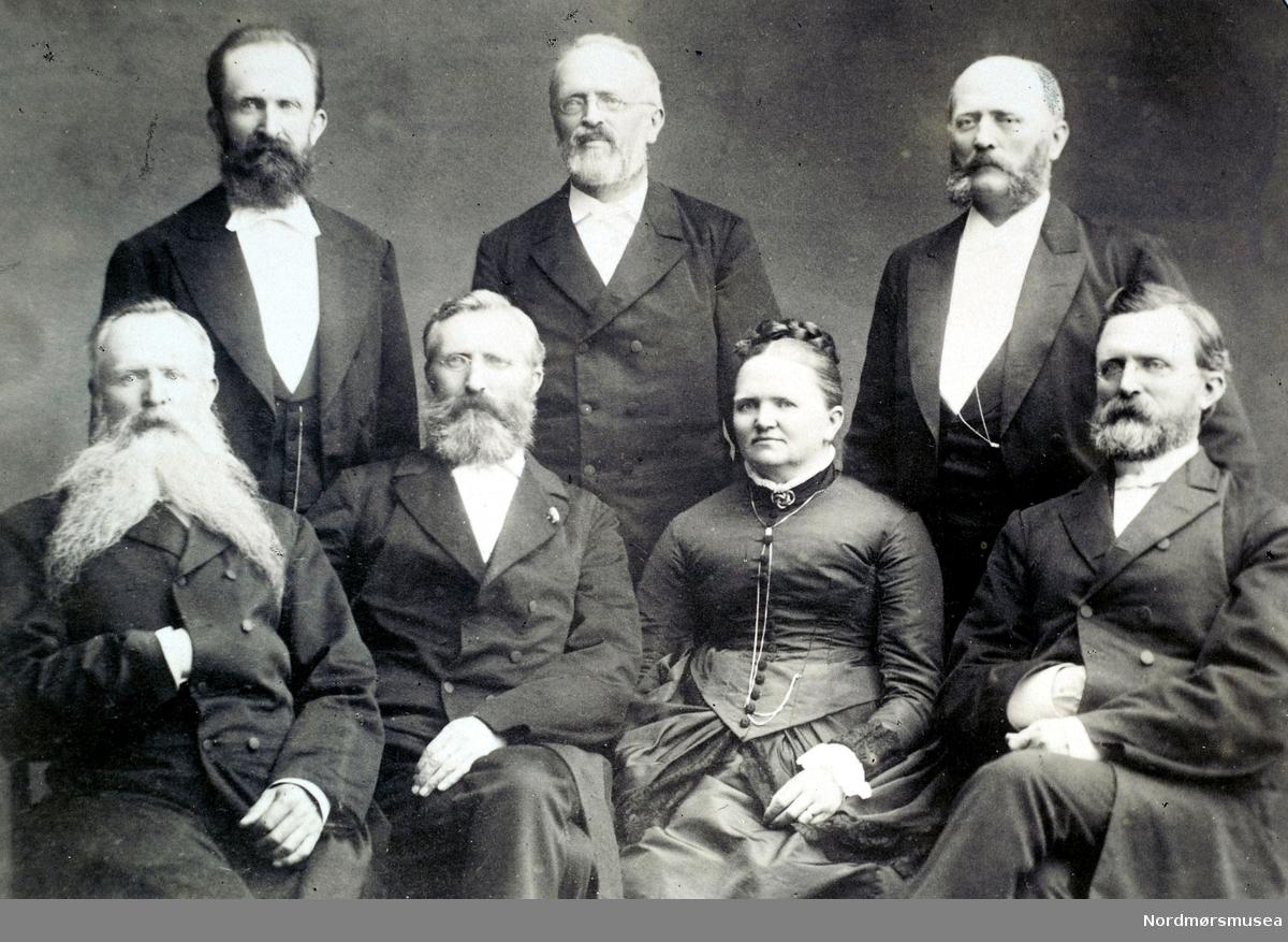 Familien Brinchmann, her representert med seks brødre og en søster. Han i midten bak er også på fotograf Brinchmanns turistbilde med ryggsekk. Datering er trolig omkring 1890 til 1910. Fotograf er ukjent, men det er ikke usannsynlig at det er Halvor Brinchmann som er fotograf. Han forlot byen 1896/7. Fra Nordmøre Museums fotosamlinger.
