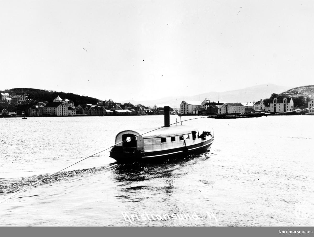 Foto sannsynligvis av Sundbåten Fram ute i havnebassenget i Kristiansund. Båten ble bygget i 1878 ved Trondheims Mekaniske Verksted og var 11,7 meter lang, 2,5 meter bred og veide 15,38 bruttotonn.. Båten ble senere sertifisert for 45 passasjerer og ble satt i drift 17. juni 1878. Ved utbruddet av andre verdenskrig ble Fram senket under bombingen 28. april til 1. mai 1940. Båten ble hevet 8. mai og satt på slipp ved Sterkoder, for så å bli reparert der i 1941. Båten opphørte i drift da formannskapet vedtok den 21. august 1958 å overdra Fram vederlagsfritt til Havnevesenet som arbeidsbåt. Fra Nordmøre Museums fotosamlinger.