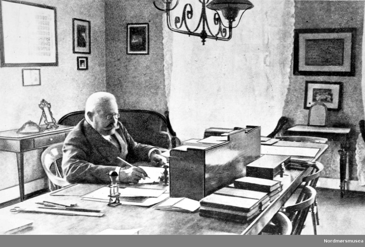 Jens Schou Fabricius Bruun (1843-1919) var prestesønn fra Porsgrunn og var gymnasrektor i Kristiansund N til han ble 75 år gammel. Han kom til Kristiansund i 1875  fra Heltbergs Studentfabrikk i Kristiania.  Skolen hette fra 1901  Kristiansund Offentlige Høiere Almenskole. Schou Bruun fikk opprykk fra overlærer til rektor i 1902. Han overtalte gjerne håndplukkede talenter til å ta examen artium. Fra 1903 kunne elevene velge mellom klassisk latin-artium og den nye språklig-historiske varianten. Det året hadde byen 4 artianere, i 1916 var det 12.  Samme år tok 55 middelskoleeksamen. Jenter fikk adgang i 1901. Da måtte det også innredes et håndarbeidslokale med symaskin. I 1915 hadde skolen 316 elever, herav 39 i gymnas-avdelingen. De fleste av guttene kunne svømme, mot bare en tredjedel av jentene. Så godt som alle var med på årlig utflukt med dampskip, til Averøya eller Batnfjorden/Silsethytta.  Det var egen skolelege. Fraværet var i 1904 8 dager pr. elev i gjennomsnitt.  Bystyret hadde alt i 1896 valgt å satse på den nye språklinja med engelsk framfor reallinja, men fra 1916 betalte kommunen realfagundervisning. Rektor betraktet ikke realister som virkelige akademikere.  Blant elevene var Erling Kristvik, Kaare Fostervoll og Ove Grude. Rektor  omtalte ellers helst elevene med nummer. Men det var et rikt miljø på skolen, både innen kunst og kultur og i skolefagene. Det var skoleorkester, med to Bræin-gutter. I lærerkollegiet hadde han arkeologen Anders Nummedal, lyrikeren Theodor Caspari og museumspioneren Wilhelm Lund. Rektor holdt nødig møter; lærerråd syntes han var en vederstyggelighet.  Fra 1909 hadde skolen innlagt gasslys i alle undervisningsrom. Skolens verdifulle myntsamling hadde antikke mynter. Boksamlingen var på 1400 bind. I 1914 var det 18 lærere på skolen, herav 6 kvinner.   Rektoren hadde et imponerende aristokratisk ytre, og nøt en veldig respekt.  Han var alltid sirlig antrukket i blå dress med hvit stiv snipp og svarte skinnende blanke sko. Skoene 