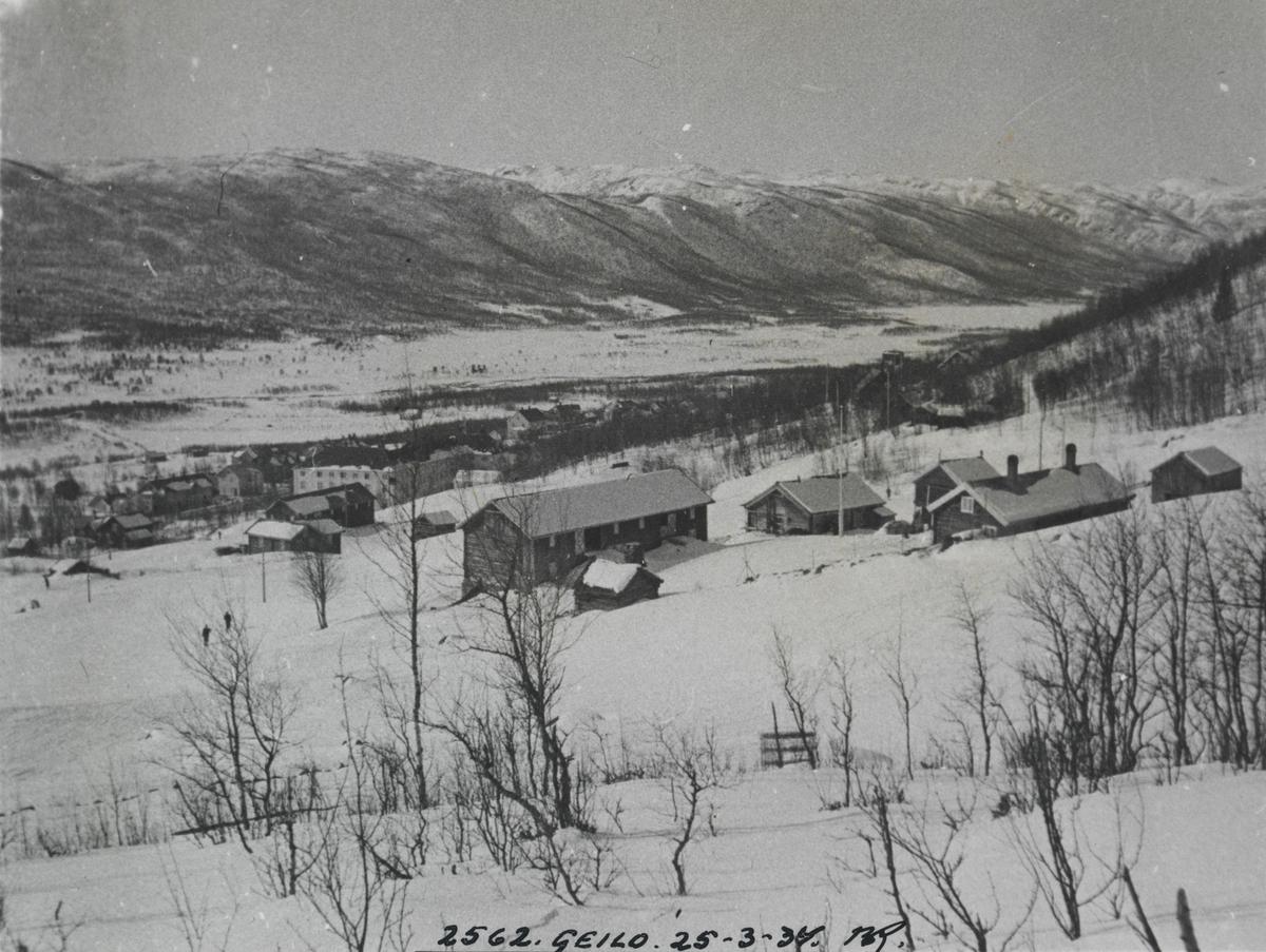 Utsikt over Ustedalen, Geilo. Dr. Holms hotel skimtes i bakgrunnen.