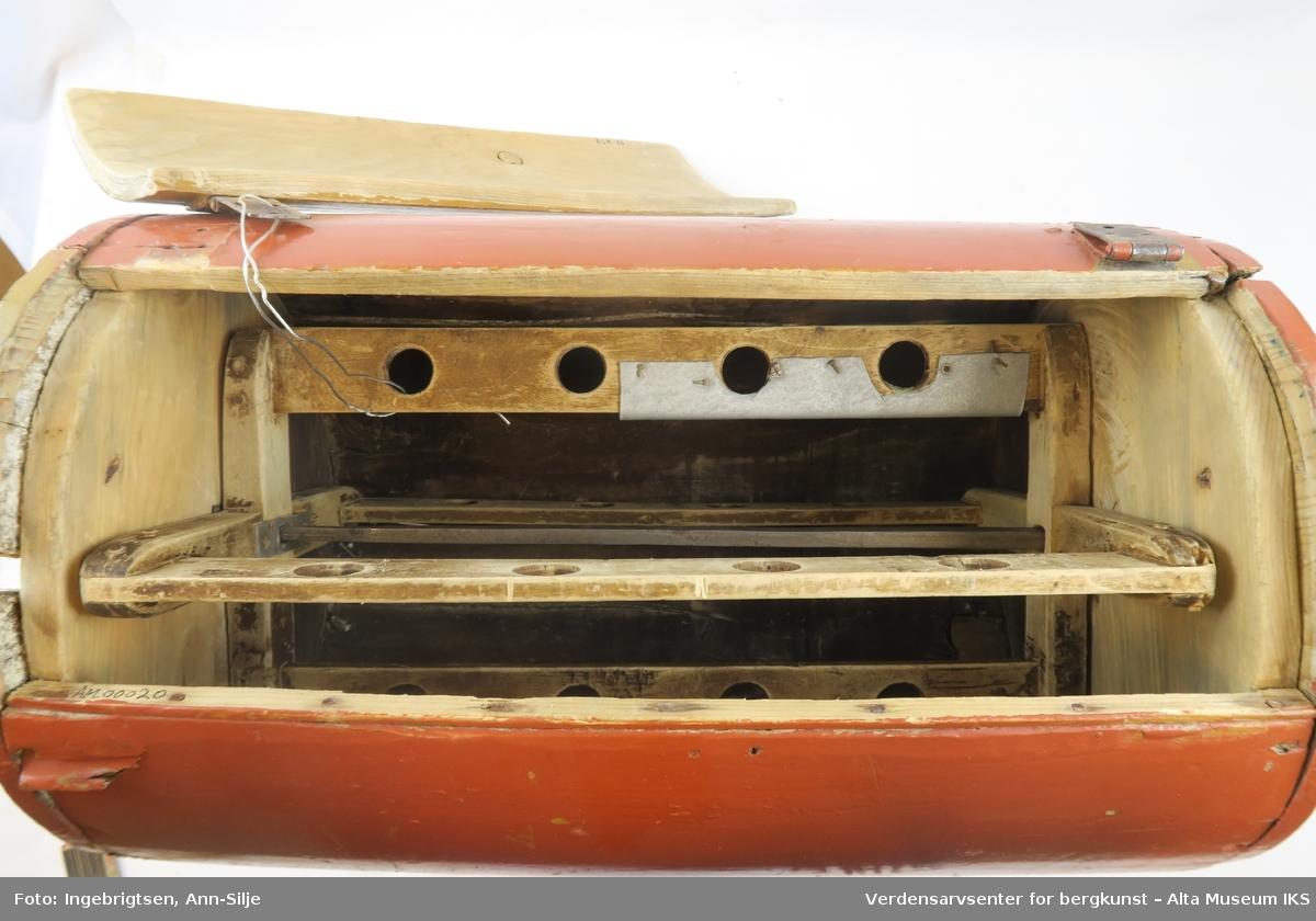 """Teknikk: Liggende sylinder satt sammen av 3 buede stykker med hengslet lokk. Jernakslingen bærer 4 gjennomhullede """"vinger""""som roterer Form: Liggende sylinder med sidesveiv, 4 bladet rotor"""