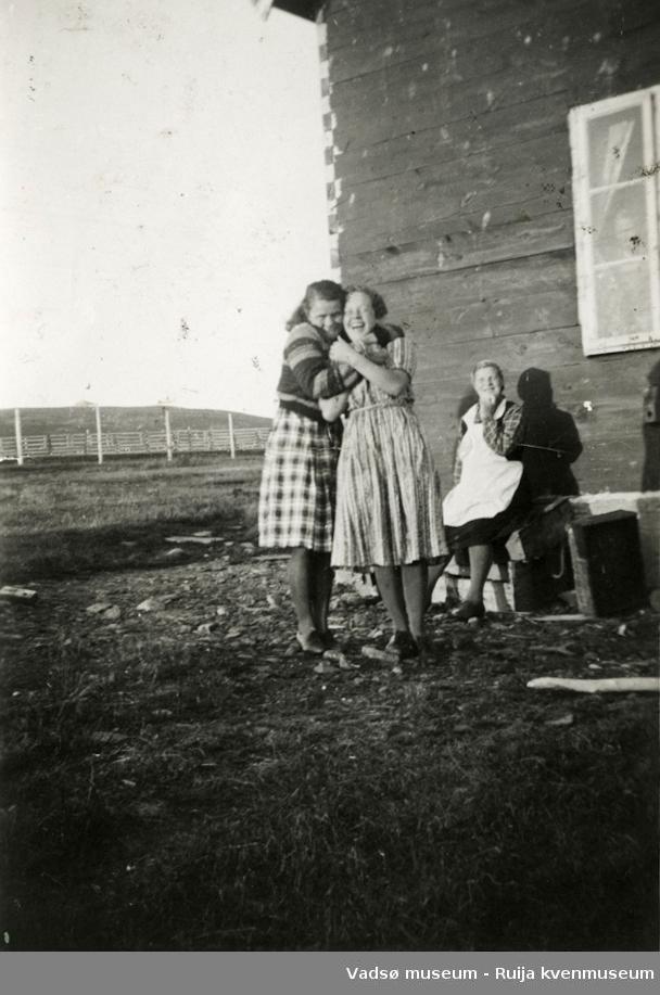 Anna og Jenny Kandola utenfor hjemmet i Kariel under krigen. Mor til jentene, Elisabeth, sitter i ba