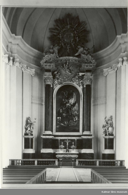 Altaruppsatsen i Kalmar domkyrka. Domkyrkan är byggd i barockstil. Kyrkobygget startades 1660 och slutfördes 1703. Invigningen skedde 1682 i en långt ifrån klar kyrka. Arkitekt Nicodemus Tessin den äldre.