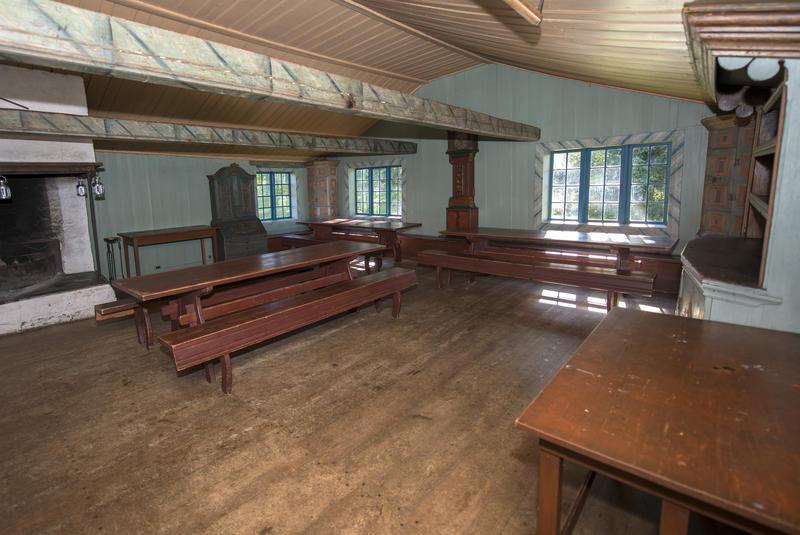 Hovedrommet har stor peis, langbord og benker. Uttak til strøm, men ingen elektriske lyskilder er installert. (Foto/Photo)