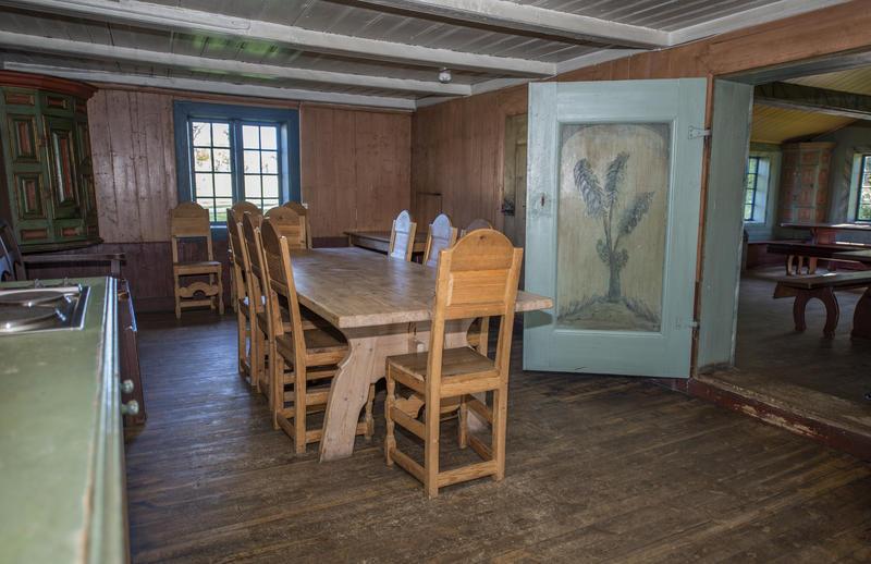 Det finnes noen høyryggede trestoler på kjøkkenet, disse kan brukes i stedet for en benk eller to inne i hovedrommet dersom man ønsker det. (Foto/Photo)