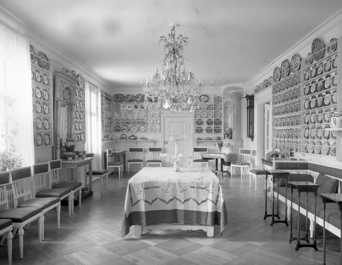 Bildsvit från Alsters herrgård år 1933. Gården ägdes då av förre överläkaren Per Clarholm och vid hans död 1942 donerades den till Värmlands läns landsting och användes som konvalescenthem till 1970. Idag är den minnesgård över Gustaf Fröding.