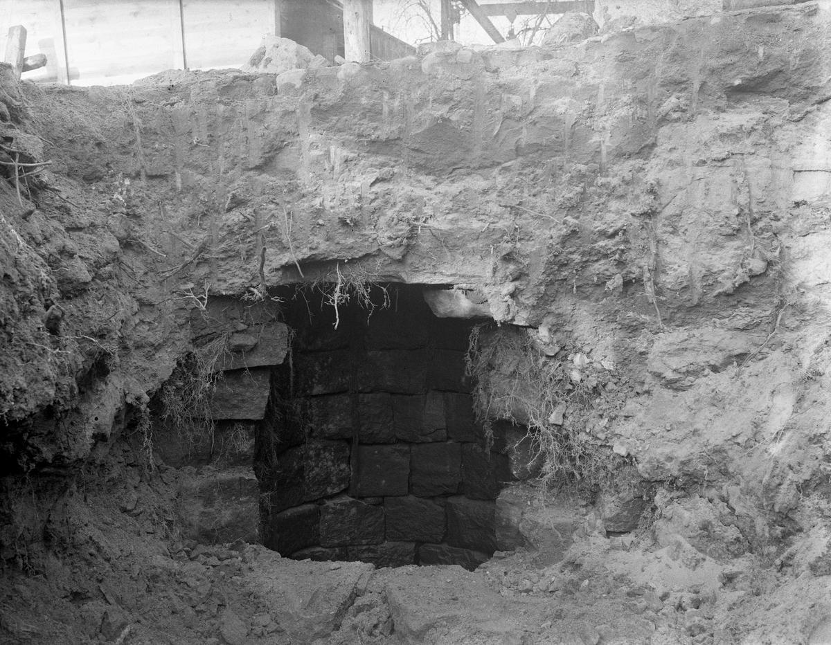 En stensatt brunn från före branden 1865 påträffas vid grundarbeten inför bygget av församlingshemmet på Västra Kyrkogatan 1935.