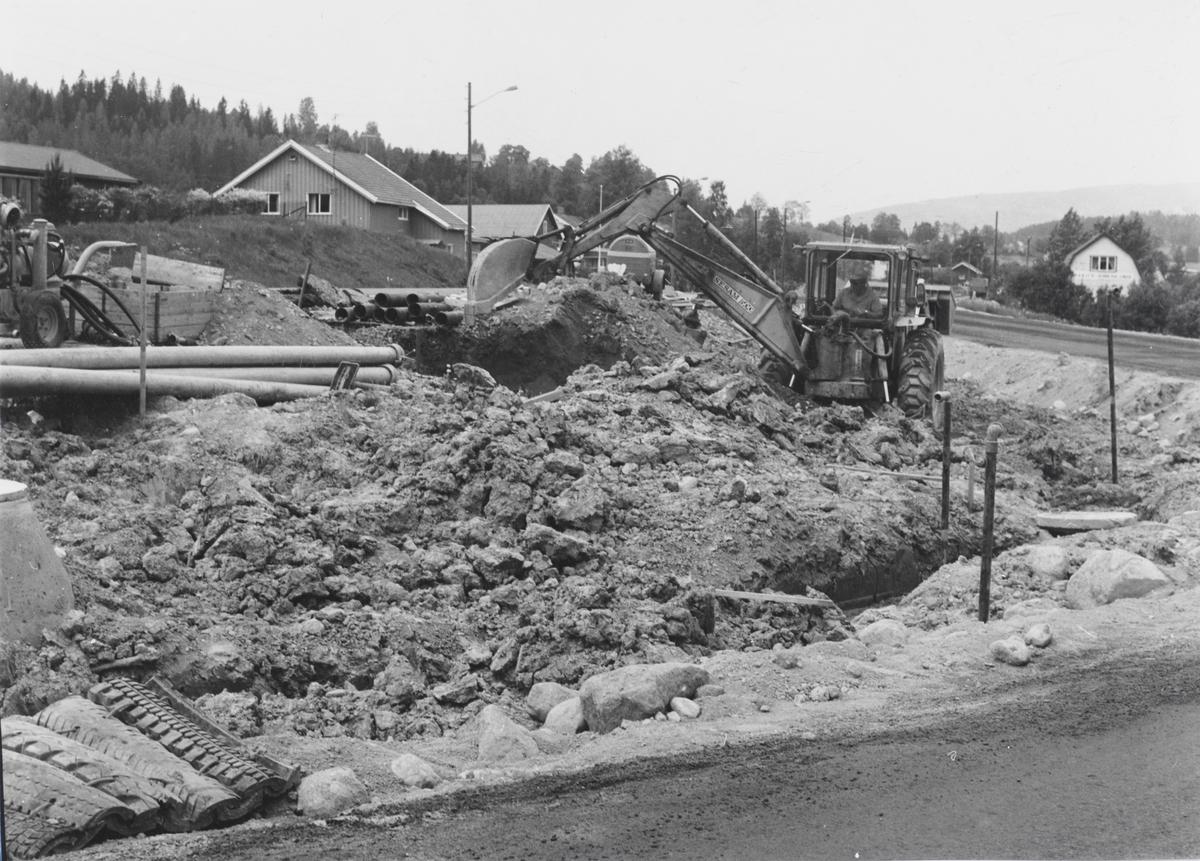 Gravearbeider i forbindelse med fotgjengerundergang på riksvei 4 ved Elvetangen i Hakadal.
