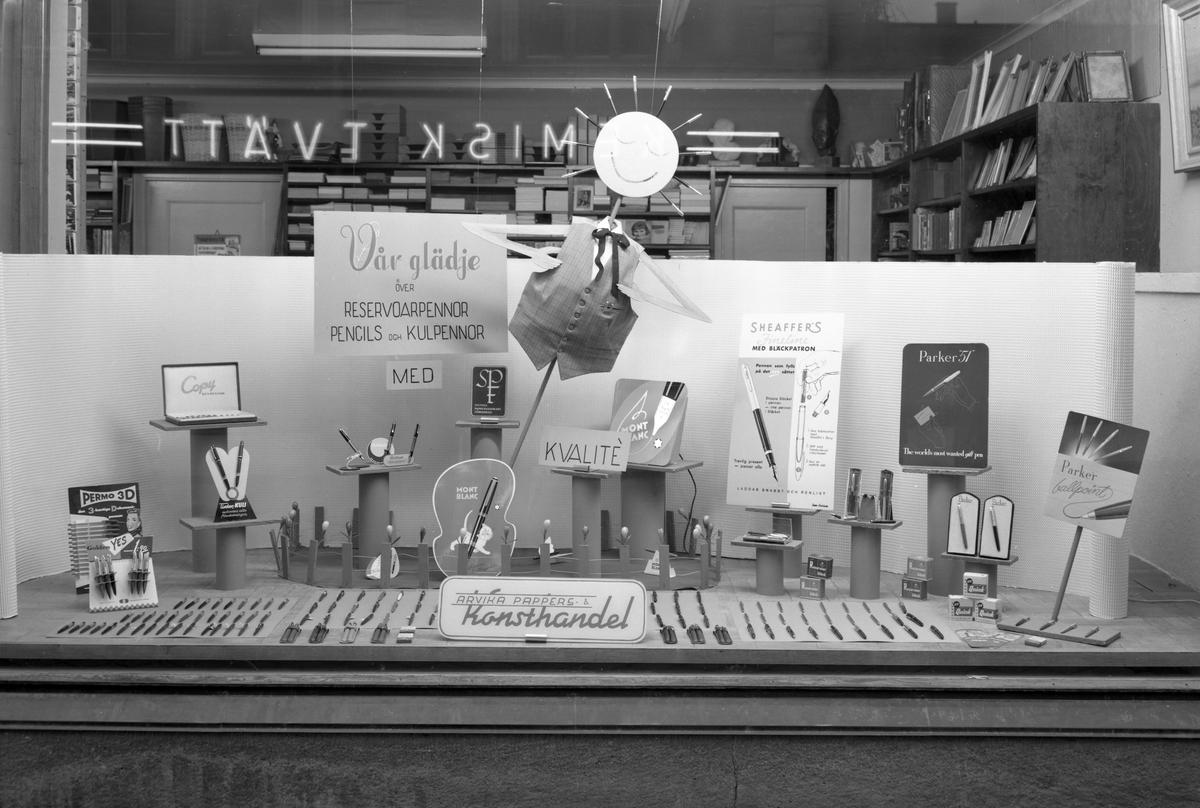 Arvika Pappers & Konsthandel med adress Kyrkogatan 32 skyltar så här den 29 februari 1956. Affären öppnades 1919 av Helge Järnesund.