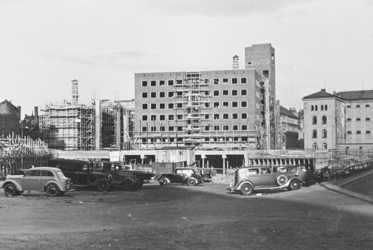 Ny brannstasjon i Oslo sentrum under oppførelse. I forgrunnen til venstre en Opel Kadett  1938/39-modell.