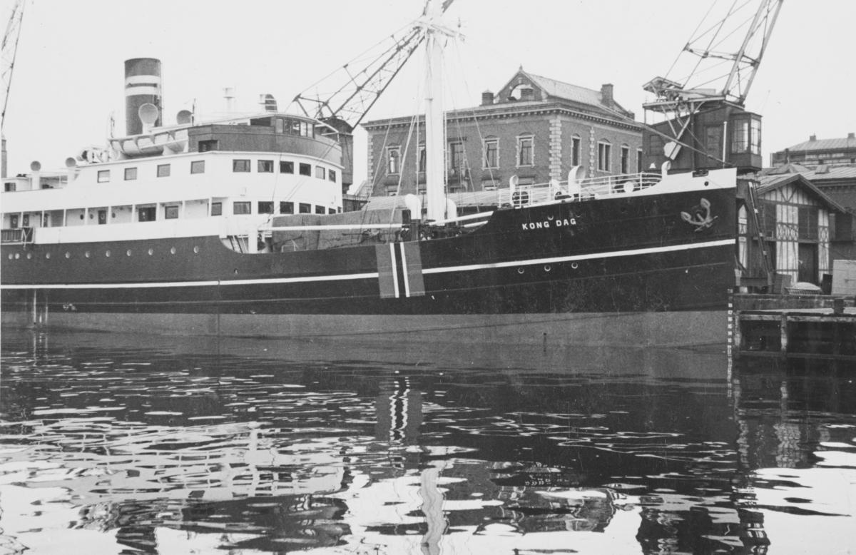 """""""DS Kong Dag har fått krigsmaling"""". Skipet ligger til kai utenfor Tollboden i Bjørvika i Oslo."""