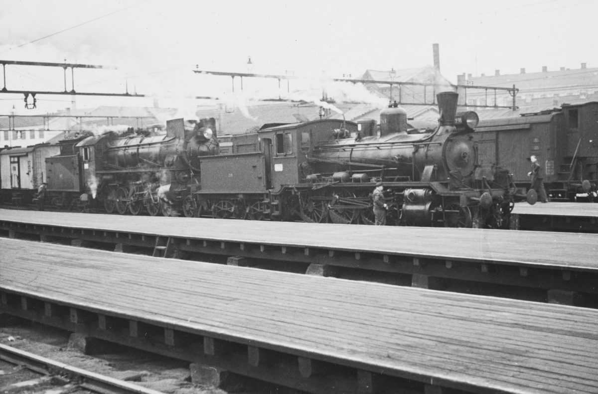 Persontog på Oslo Ø trukket av damplokomotiv type 18c og 31b.