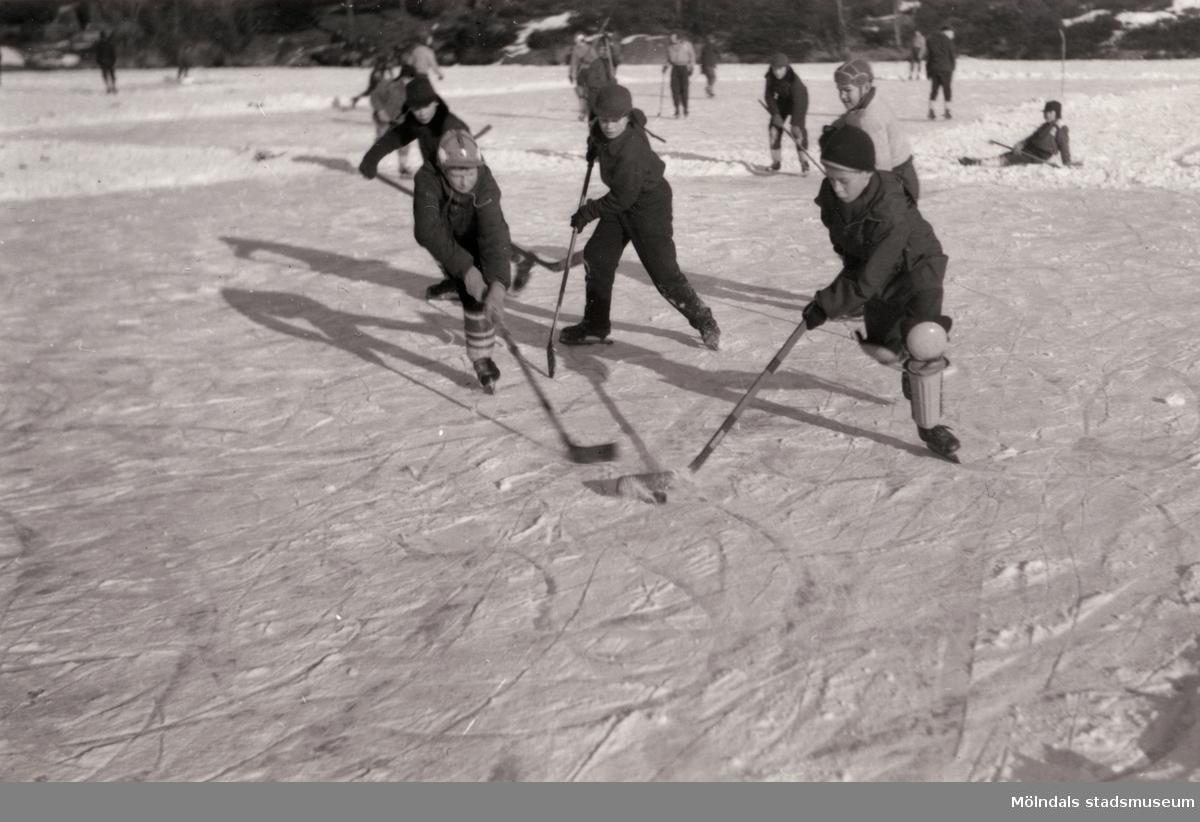 """Ishockeyspel på Stensjön i Mölndal. 1930-tal?  Inkommen kommentar """"Av utrustning att döma är det tidigt 60-tal""""."""
