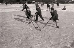 Ishockeyspel på Stensjön i Mölndal. 1930-tal?  Inkommen ko