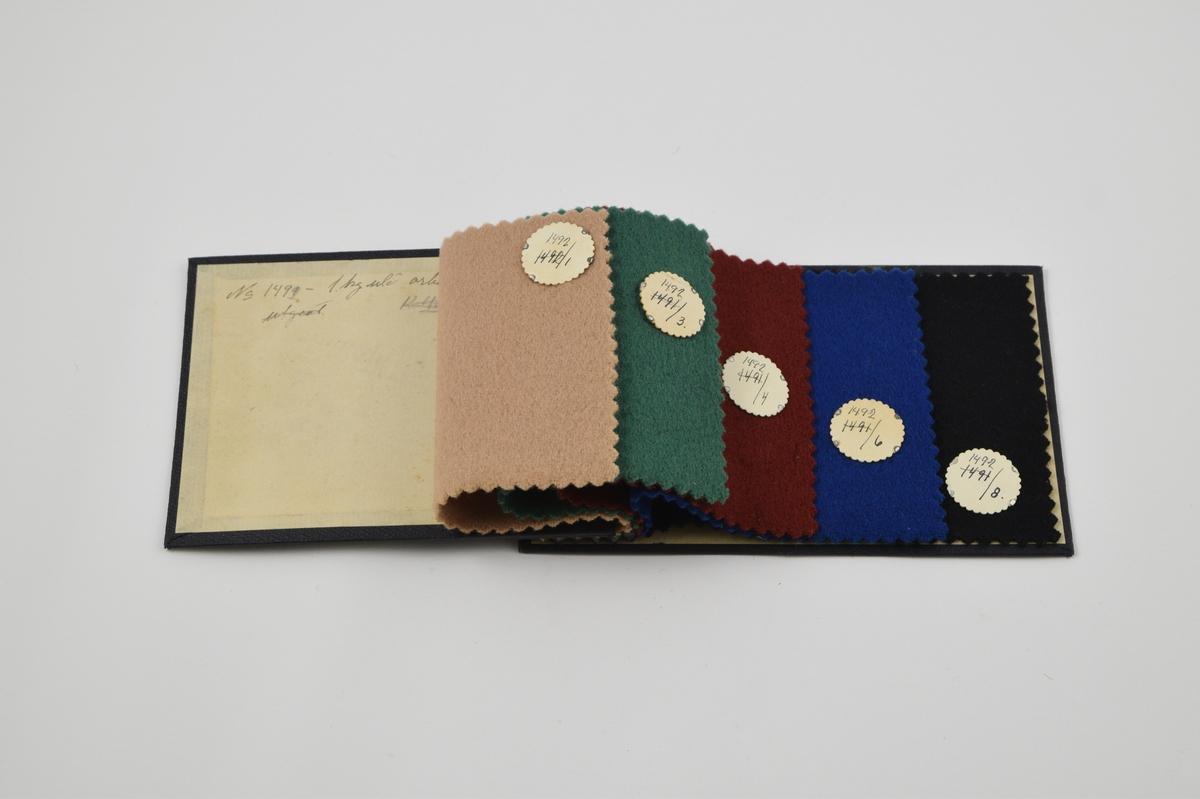 Prøvebok med 5 prøver. Tykke ensfargede ullstoff.  Alle stoffer er merket med en rund papirlapp festet med metallstifter hvor nummer er påskrevet for hånd.   Stoff nr. 1492/1 (beige), 1492/3 (grønn), 1492/4 (rødbrun), 1492/6 (blå), 1492/8 (sort). Evt. kvalitet. 1491 på alle - tidligere notert og størket over på lappene.