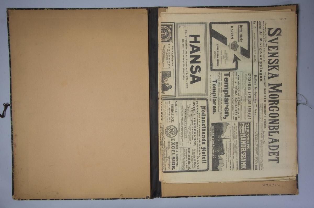Portfölj av marmorerad papp. Sammanhållen med knytband. Rygg av svart linne. Innehåller enbart flera exemplar av Svenska Morgonbladet från 1916.