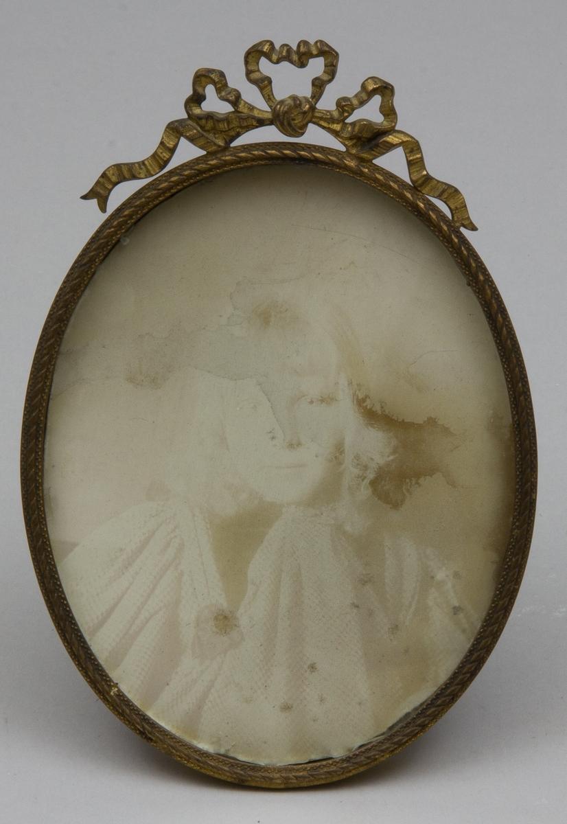 Fotografi, midjebild, föreställande Margherita Kronberg, Greta, som ung med ljust hår.