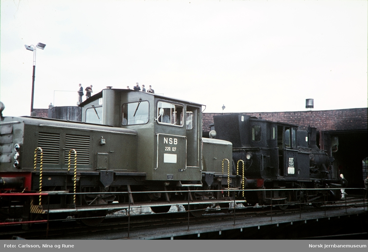 Skiftetraktor type 220a nr. 127 har trukket ut damplokomotiv type 25a nr. 227 for fotografering