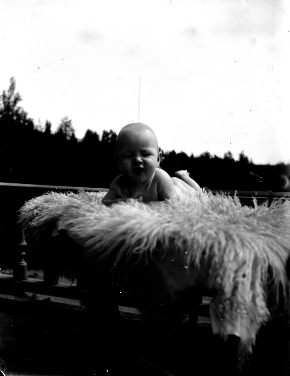 Spädbarn. Fotograf okänd.