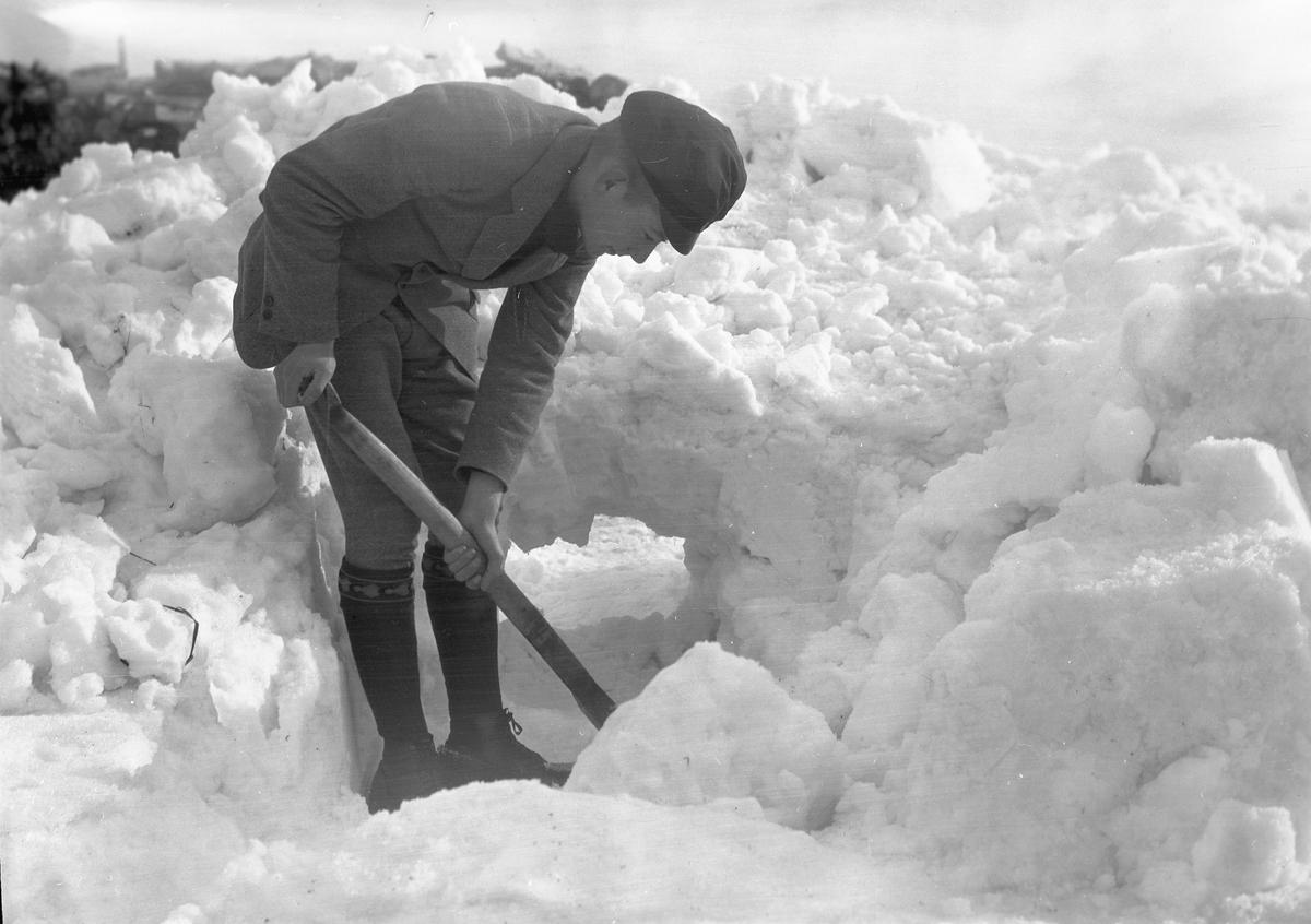 Skotta snö. Tidsomfånget är 1900 - 1940