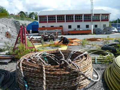 Kabelkveiler og tromler utenfor sjøkabellageret