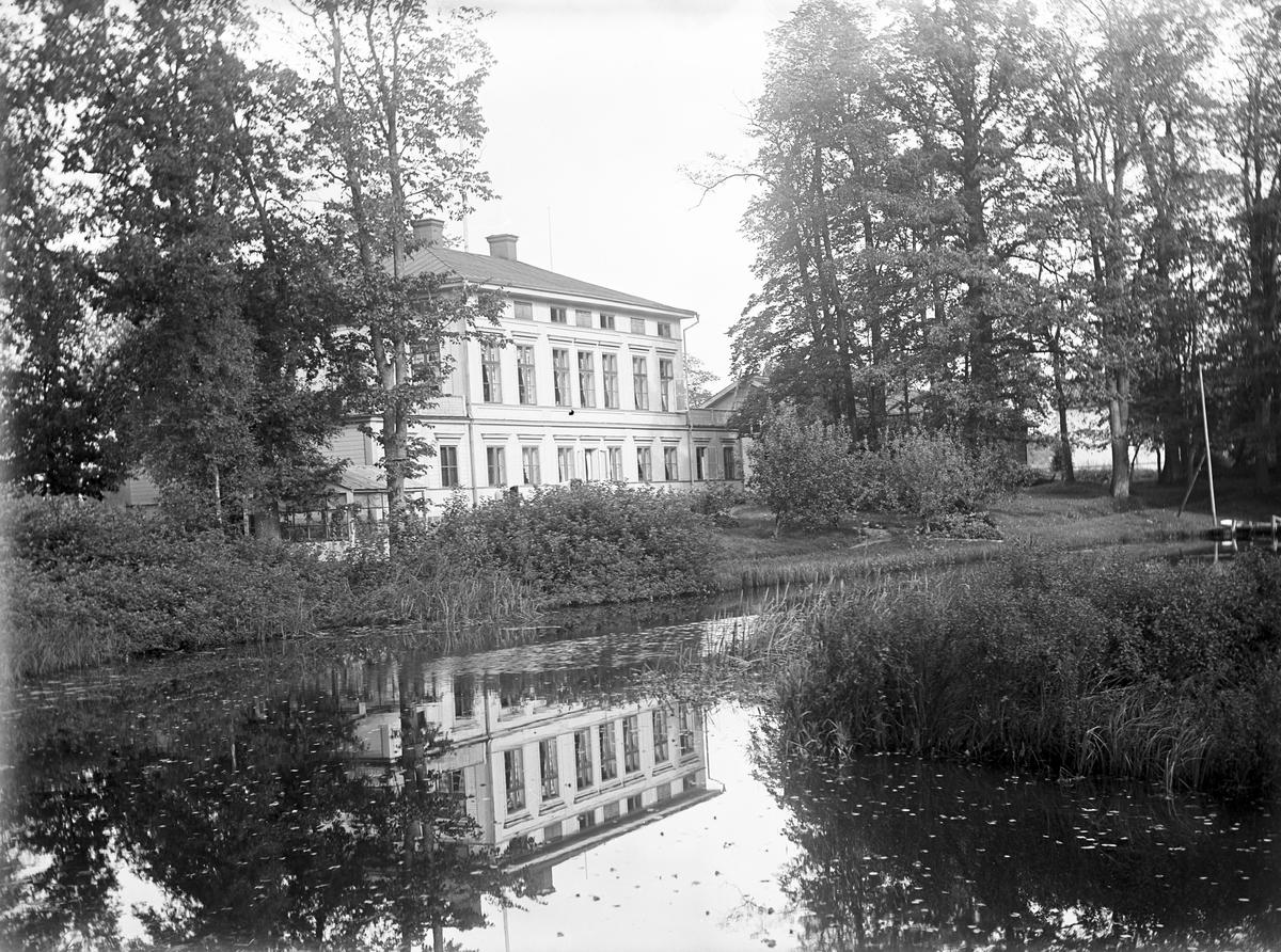 Stora byggningen från lekstugan. Den 13 september 1910, klockan 11 på förmiddagen.