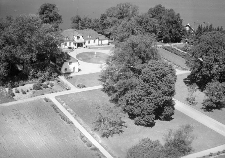 Gåvetorp är en herrgård i Lekaryds socken, Alvesta kommun i Småland.Under medeltiden bestod Gåvetorp av två frälsehemman. De slogs samman i slutet av 1500-talet. Den nuvarande huvudbyggnaden uppfördes 1803 i gustaviansk stil av den dåvarande ägaren, Sofia Lovisa Mörner. Den byggdes förmodligen på källaren av en äldre byggnad. Flyglarnas exakta ålder är inte känd men de antas vara uppförda vid 1700-talets slut. Vid denna tid tillkom även ett tegelbruk på gården. Gåvetorp blev byggnadsminne 1999.Gåvetorps gårdsmiljö utmärks av det sammantagna byggnadsbeståndet, som består av ett flertal byggnader från mitten av 1800-talet. Detaljer hos byggnaderna är ofta utförda med stor omsorg. Till säteriet hör bland annat mejeri, potatiskällare, sädesmagasin, ladugård, smedja och svinstallar. Gården ligger vid södra stambanan och har tidigare haft egen järnvägsstation.