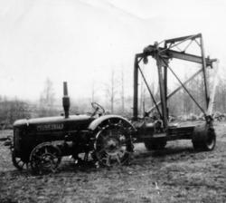 Foto av en stenvagn förspänd med en traktor från Munktells.