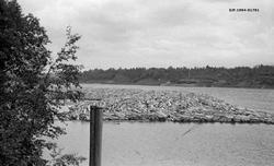Flytende tømmeropplag i elva Vorma i Eidsvoll kommune på Øvr