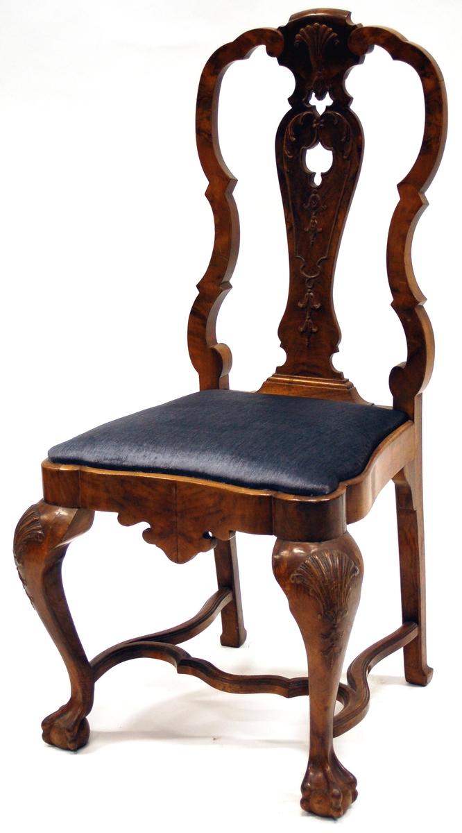 Katalogkort: Stol, chippendale, valnöt, höjd 1,04m. Mellan benen två svängda sidoslåar och en tvärslå. Stolen likandan som K10701, 10702 och 10703