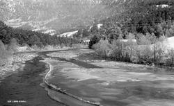 Vinterbilde fra Grundbrandsdalslågen ved Tråsdal eller Tråså