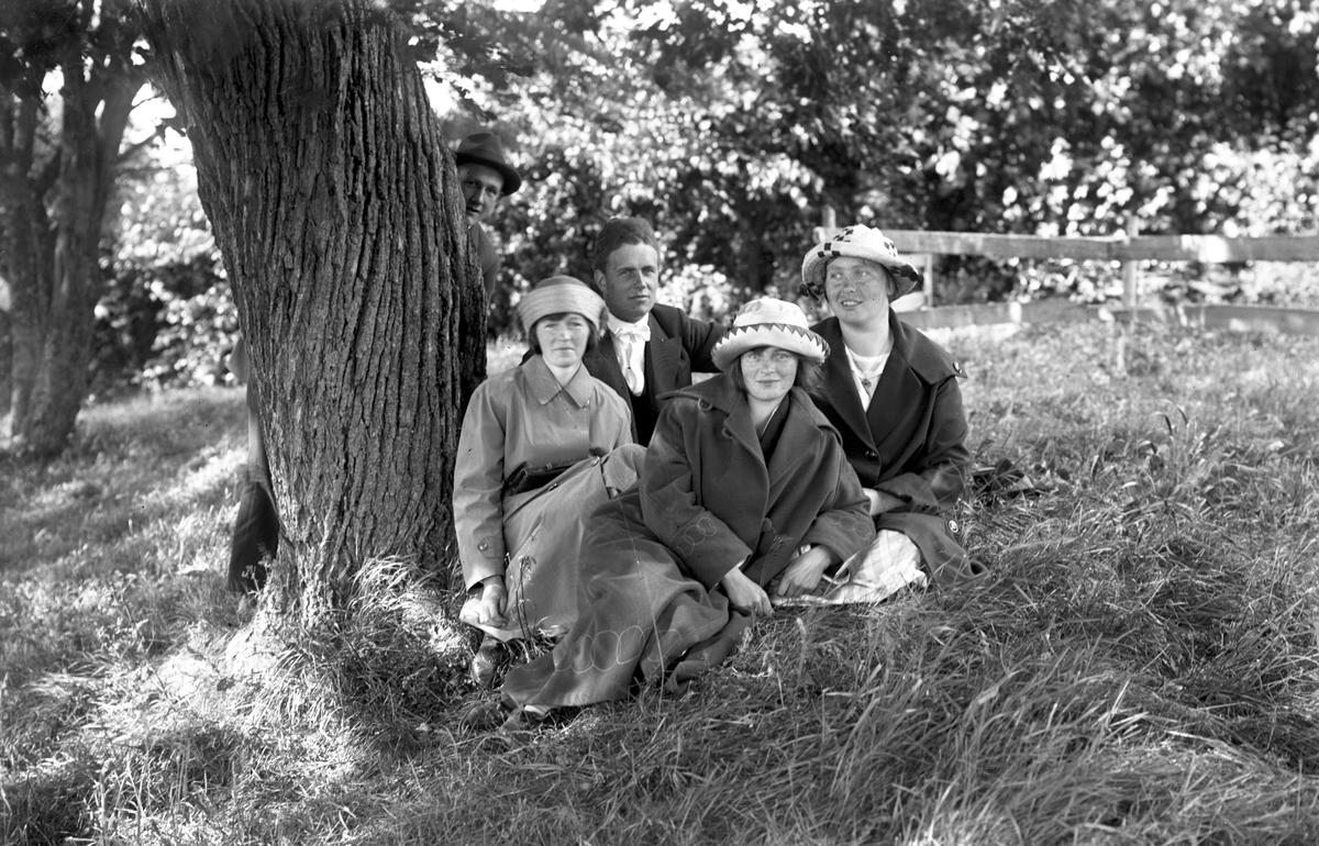 Einar Larsson, Åsmundshyttan och Betty Eriksson, W. Hästbo. Damerna framför okända