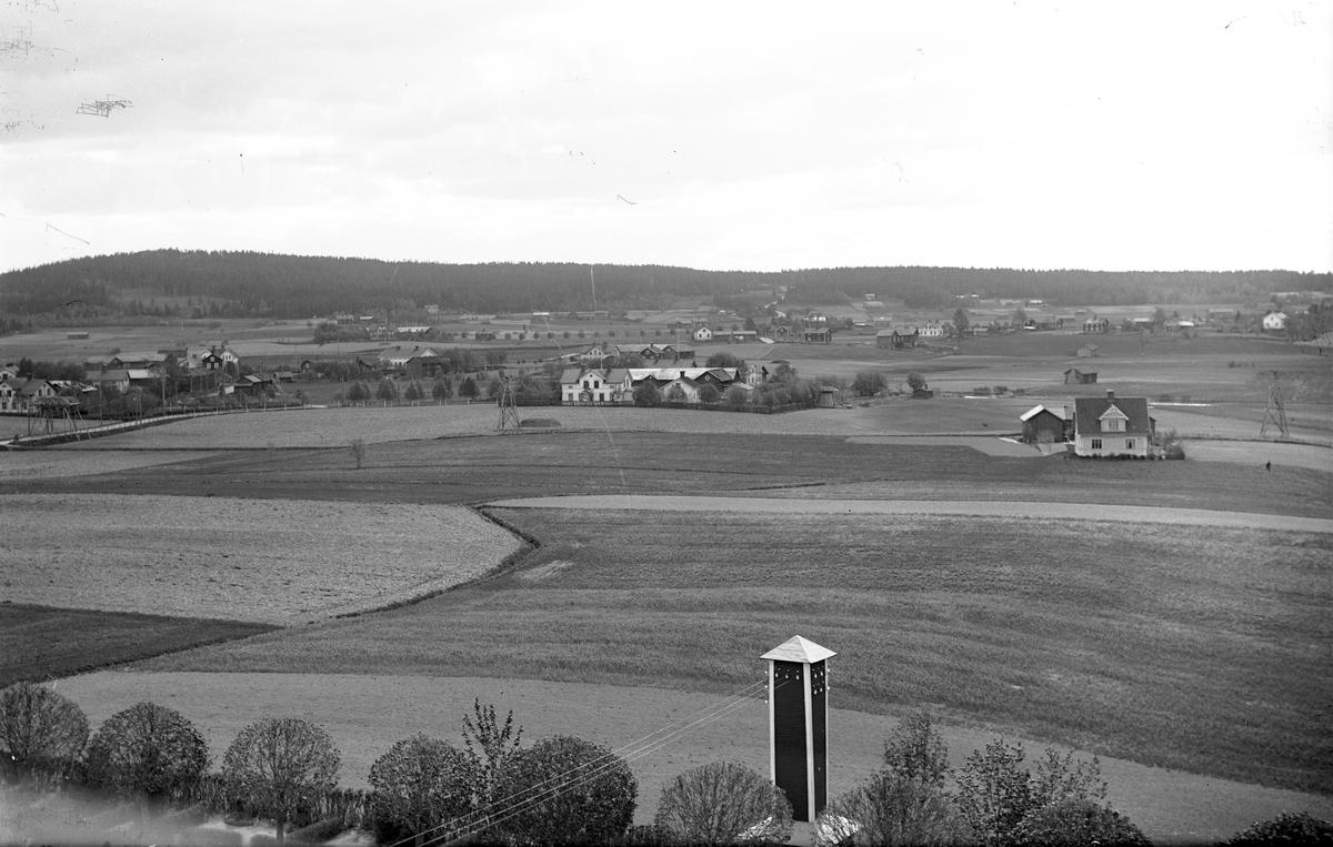 Fors by från kyrktornet. På åkern ser man tornen för linbanan från Walls (Valls) kalkbrott till kalkugnen vid Järnvägssstationen. Över vägen till vänster är en brygga byggd för eventuella stenras från korgarna