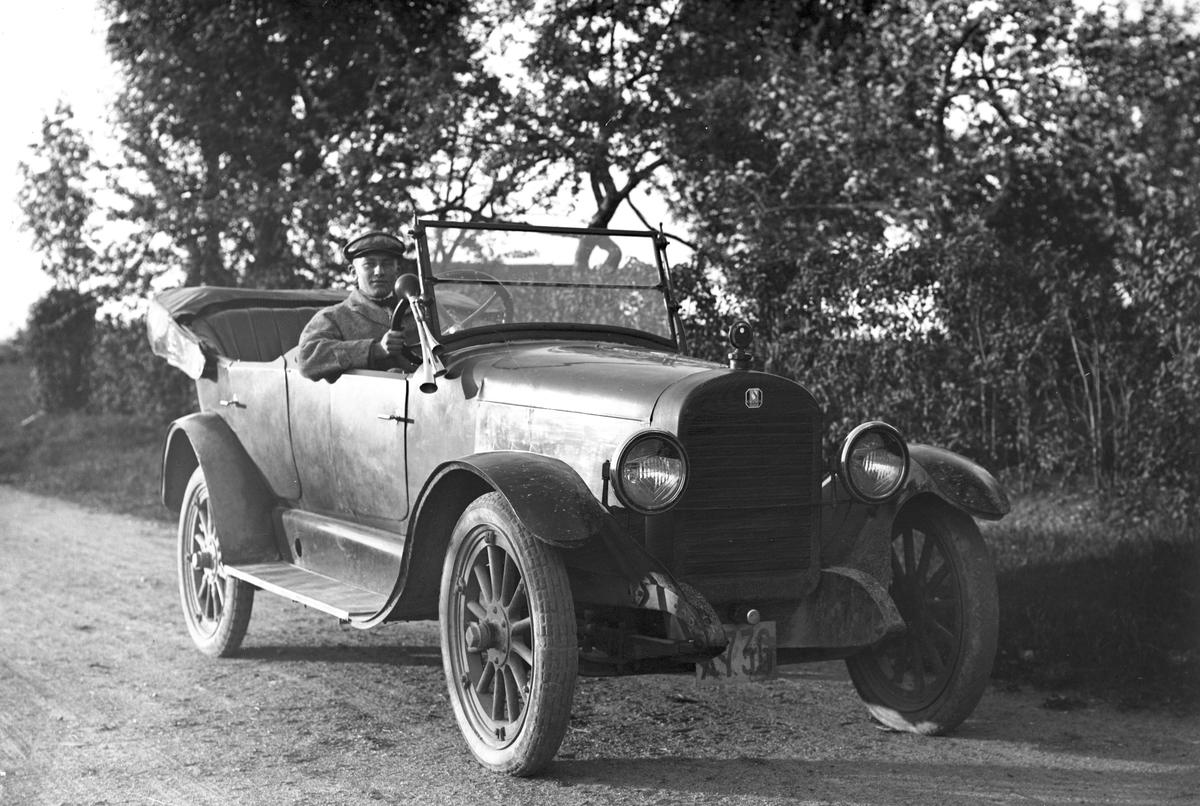Yngve Tjerneld i en Colombia 1920 med registreringsnummer X736.