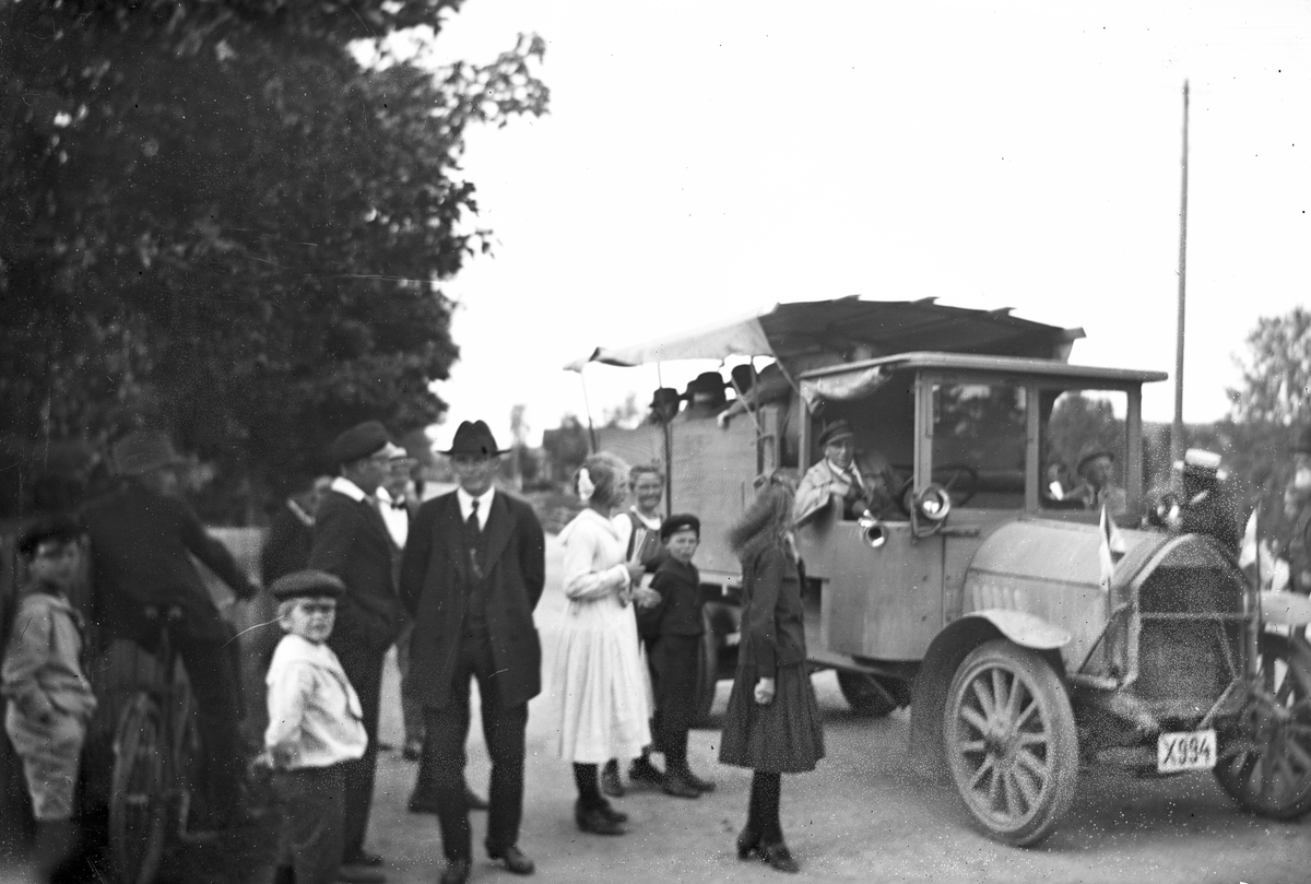 Personerna på bilden är okända. Lastbilen tillhörde P A Persson och var av märket Horch. Hade tidigare reg. nr. A 4128, ägare okänd. Persson köpte lastbilen 27 april 1921. Den 3 februari 1926 avfördes lastbilen ur bilregistret på Perssons uppmaning.