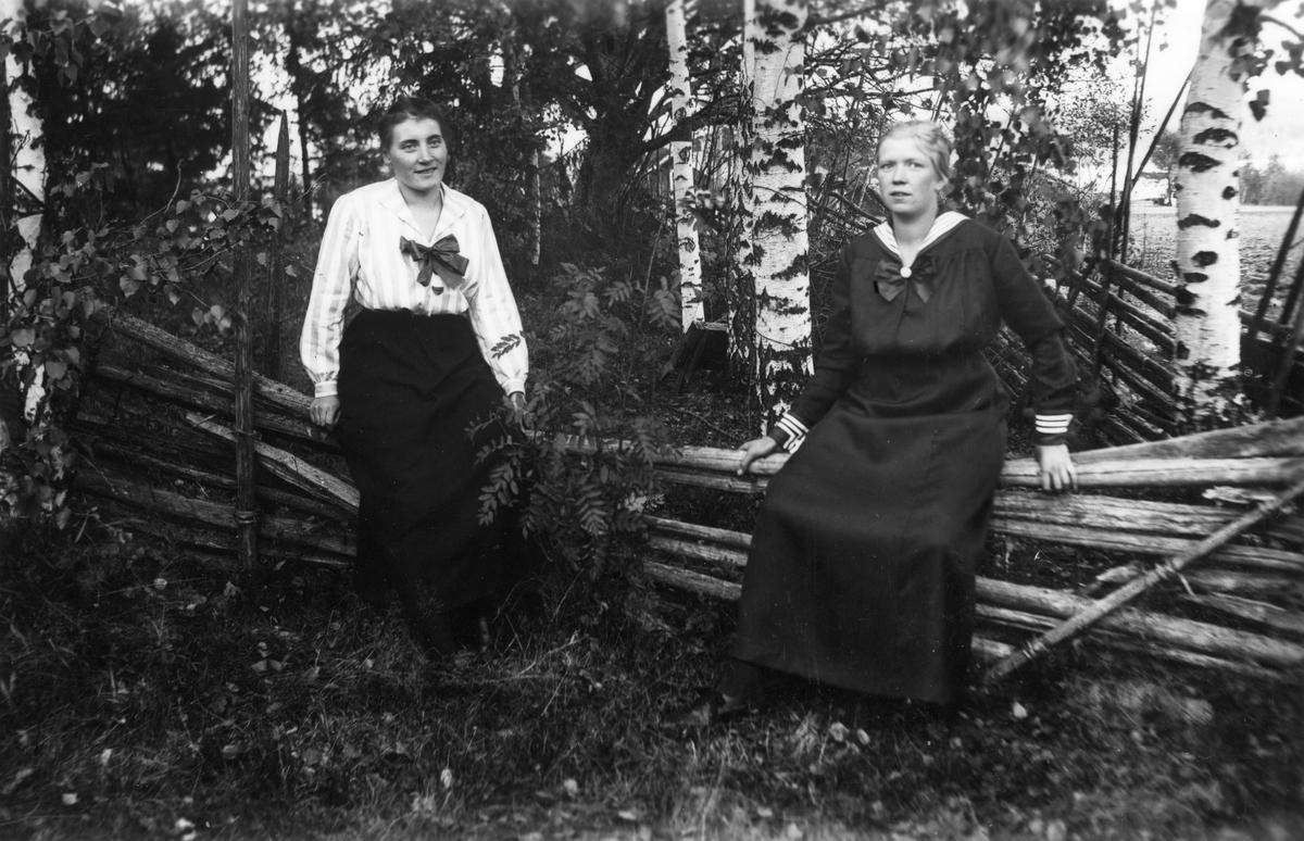 Till vänster Gerda Klahr (gift Fager) och till höger Ingeborg Svensson (från Sörombergen, gift med Halvarsson i Freluga).