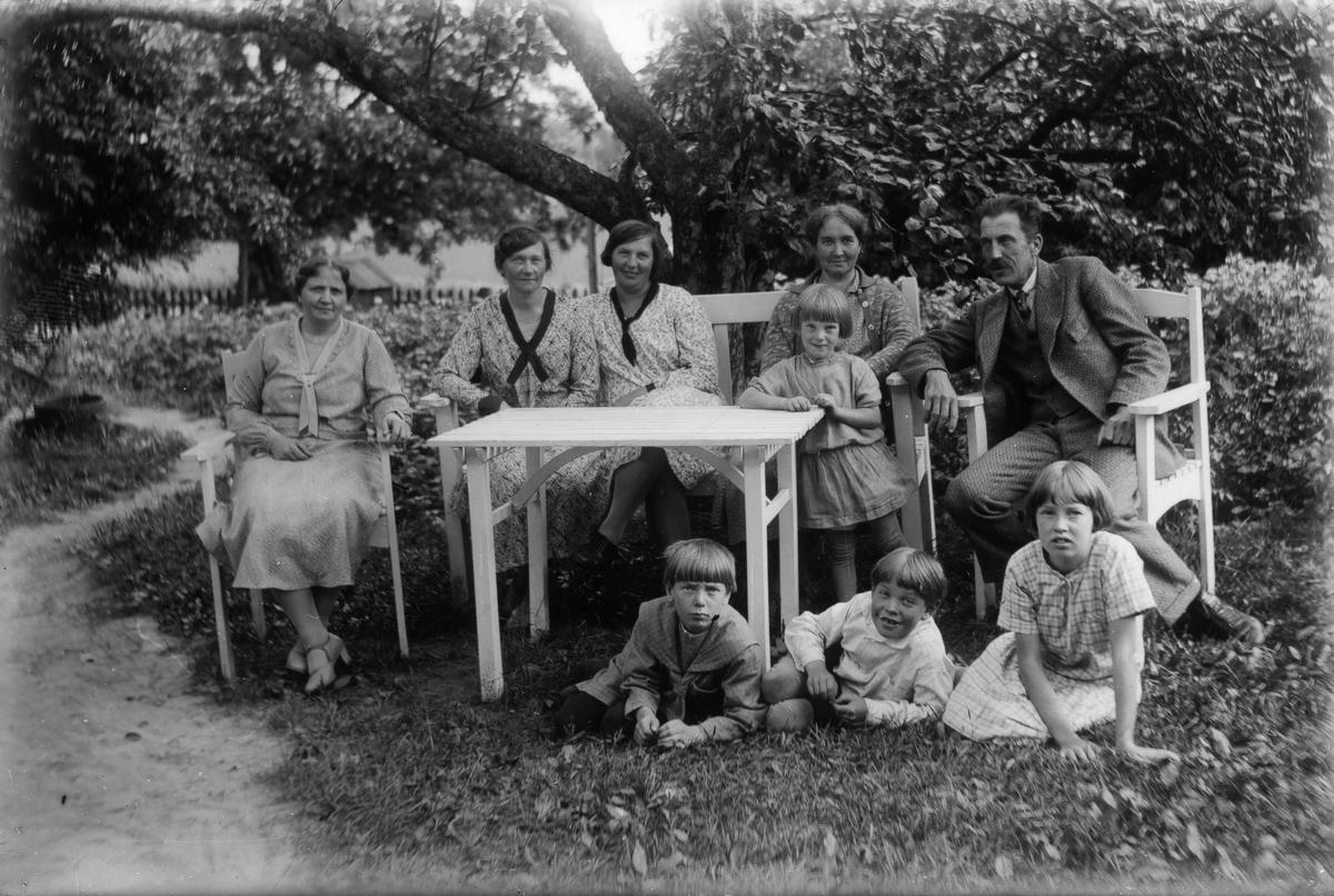 Från vänster två systrar Swanström, Målar-Astrid (Nilsson), till höger David Svensson med fru Emmy (Målars) och dottern Britt. De tre barnen nedanför är Kjell Svensson, Målar-Lars (Nilsson) och en okänd flicka.