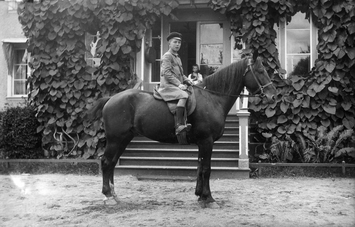 Sixten Bellander till häst framför herrgården.