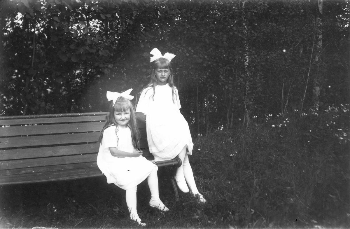 Till höger Margit Swanström, född 1907, Lenninge u. 4. Flickan till vänster heter Ingeborg Alice Åhlenius, född 1914.
