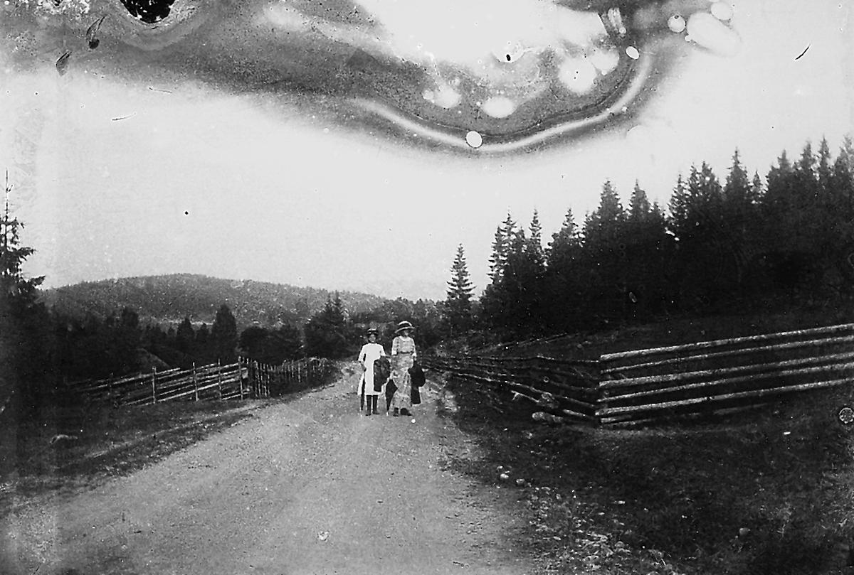Två okända kvinnor på promenad.